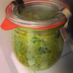 Pesto! Der nussige Geschmack des grünen Spargel wird vom Walnussöl unterstützt.