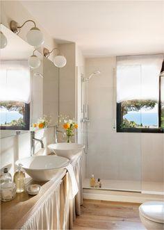 Baño con mueble con cortinas, lavamanos redondos y exentos, espejo XL, apliques globo, ducha y parquet 00409233 O