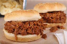 porc effiloché en sauce (mijoteuse) / Coup de pouce /Le porc effiloché est un plat savoureux, parfait pour les buffets. Le rôti d'épaule est idéal pour cette recette, car la cuisson le rend si tendre qu'il s'effiloche facilement/Top 30 de nos recettes les plus populaires