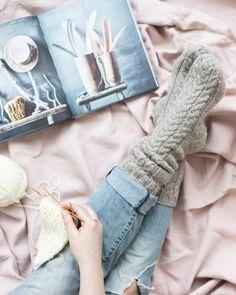 Kässäkoulu-palmikkosukat Novita 7 Veljestä Crochet Socks, Knitting Socks, Knit Crochet, Knitting Patterns, Crochet Patterns, Knitting Ideas, Woolen Socks, Men In Heels, Warm Socks