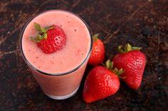 Erdbeeren in Buttermilch - Rezept | 125 g #Erdbeeren 50 g #Himbeeren 250 ml #Buttermilch ➽ gut