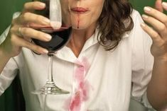Remove wine stains by using more wine. you can remove red wine stains by using white wine! The white wine neutralizes the color of the red wine on your shirt, which allows the stain to be removed much more easily using traditional methods. 27 Life Hacks, Amazing Life Hacks, Girl Life Hacks, Girls Life, Life Tips, Women Life, Lifehacks, Red Wine Stains, Life Hacks Every Girl Should Know
