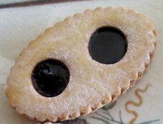 Les lunettes de Romans sont de délicieux biscuits fourrés à la confiture de fraise ou de myrtille. Avec leur forme amusante de 'lunettes' et leur irrésistible pâte sablée, ces biscuits font le régal des enfants à l'heure du goûter. Nous vous proposons de découvrir une recette facile pour les préparer vous-même. par Audrey Biscuit Cookies, Cupcake Cookies, Churros, Biscotti, Granola, Macarons, Doughnut, Sweet Recipes, Romans