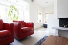 Rode stoelen op grijze gietvloer