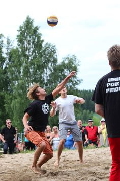 Iskelmän joukkue ja Neljänsuora pelasivat perinteisen lentopallo-ottelunsa Mikasa, Running, Sports, Racing, Hs Sports, Keep Running, Excercise, Sport, Exercise