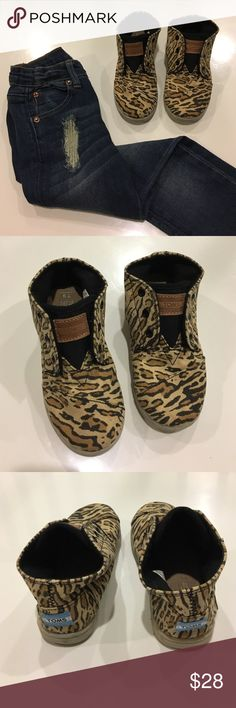 { TOMS } leopard high shoes TOMS leopard print shoes has Velcro for easy on/off, hightop style, no lace wear, used a few times shows normal wear, in good condition. So cute! TOMS Shoes