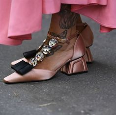 Marie Antoinette heels – spotted at Milan Fashion Week. Pump Shoes, Shoe Boots, Shoes Sandals, Marie Antoinette, Fashion Shoes, Fashion Accessories, Pink Fashion, Fru Fru, Marie Claire