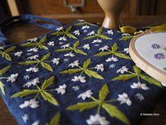 いいね!392件、コメント2件 ― マカベアリス Alice Makabeさん(@alice_makabe)のInstagramアカウント: 「「彩る 装う 花刺繍」(日本文芸社)の表紙にも載せて頂いた小さなバッグ。マーガレットのパターンを全面に刺しました。時間はかかりますが、達成感は大きいです。…」