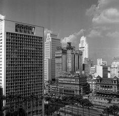 """1950 - Vale do Anhangabaú. Ao fundo, o Edifício Altino Arantes, conhecido como """"o prédio do Banespa""""."""