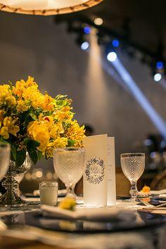 Decoração de casamento - Amarelo e azul - Detalhe papelaria menu com monograma ( Foto: Roberto Tamer | Decoração: Mariana Bassi )