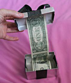 Für das Geldgeschenk basteln Sie eine Girlande in einer Geschenkschachtel