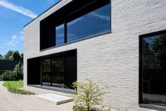 Elegante villa in Afsnee Stone Cladding Exterior, Brick Cladding, House Cladding, Brick Facade, Facade House, Living Tv, Modern Bungalow, Modern Architects, Small Buildings