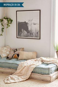 Cantinho para relaxar. Uma inspiração para você fazer uso de almofadas de vários tamanhos. Na mainci.com.br tem !