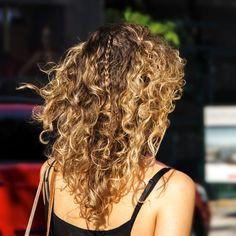 Cachos e trança: como não amar? Para ficar ainda mais perfeito tem esse ombré hair deuso!