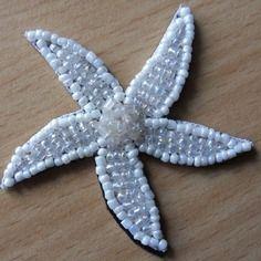 Appliqué de jolie fleur en perles  blanches