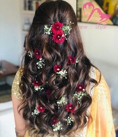 Soft curls with floral touch Bridal Hairstyle Indian Wedding, Bridal Hair Buns, Bridal Hairdo, Wedding Hairstyles For Long Hair, Wedding Updo, Short Hair, Open Hairstyles, Indian Hairstyles, Bride Hairstyles