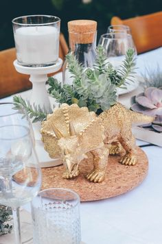 Wedding Decor Inspiration - A wedding with dinosaurs and succulents together with . Dinosaur Wedding, Girl Dinosaur Birthday, Park Birthday, Third Birthday, Dinosaur Party, Birthday Party Themes, Elmo Birthday, Tarzan Und Jane, Festa Jurassic Park