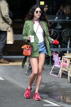 Eliza Doolittle in Parker und Shorts unterwegs in London