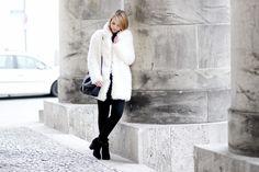 Schwarz-Weiß Outfit mit Fake Fur Jacke von Forever21