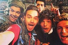 Harry Styles robbing Liam Payne & Niall Horan's sexiest One Direction moves! Zayn Malik, Niall Horan, One Direction 2015, One Direction Selfie, Liam Payne, Louis Tomlinson, Harry Styles, Selfies, Selfie Selfie