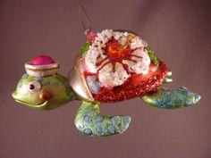 Kleurige schildpad met petje. Ca. 12 cm.