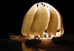 Mais do que árdua, a tarefa a que se propôs o arquiteto canadense Siamak Hariri era quase abstrata, tamanha a abrangência de sua proposta: construir um templo que contemplasse a união de todas as pessoas, para além de religiões, raças e gêneros, sem, no entanto, fazer referência a nenhum outro local religioso conhecido – como construir um templo para todas as religiões e, ao mesmo tempo, nenhuma delas. Depois de anos de pesquisa, Siamak enfim encontrou o local perfeito, nos arredores de…