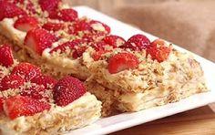 Ένα υπέροχο, ανάλαφρο, δροσερό γλύκισμα με φράουλες και κρέμα βανίλια.Μια εύκολη συνταγή (από εδώ) να γλύκισμα που θα σας βγάλει ασπροπρόσωπες σε όλες Pastry Recipes, Dessert Recipes, Cooking Recipes, Desserts, Low Calorie Cake, Raspberry, Strawberry, Sweet Stories, 20 Min