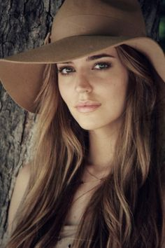 Gorgeous everything. - Clara Alonso - hair possibly? Clara Alonso Hair, Estilo Beatnik, Belle Silhouette, Pretty Face, Hats For Women, Ladies Hats, Boho Chic, Hippie Chic, Beauty Hacks