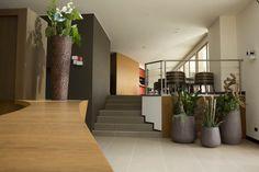Dettagli della hall di ingresso del Red's Hotel. Halle, 4 Star Hotels, Good Night Sleep, Front Desk, Stairs, Taxi, Wi Fi, Amen, Rooms