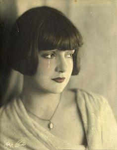 indypendent-thinking:  Gypsy Rose Lee. Early studioportrait. Hilton Studio (Kansas City, MD)