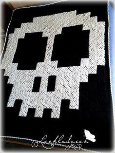 Skull pixel crochet blanket by dakimis More, something to aspire too 😀 Pixel Crochet Blanket, C2c Crochet, Crochet Quilt, Manta Crochet, Crochet Gifts, Learn To Crochet, Crochet Hooks, Crochet Pour Halloween, Halloween Fabric
