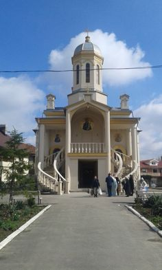 Biserica in zona Traian, cu balcon si scari. Si mascari.