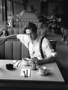 Love me some Hugh Grant. That is Hugh Grant right? Self Portrait Photography, Men Photography, Vintage Photography, Popular Photography, Self Portraits, Men Portrait, Famous Portraits, Vintage Portrait, Coffee Photography