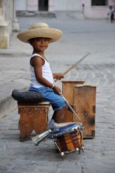 Cuba and live music go hand in hand, even the children don't want to miss out on the action. Cool Baby, Baby Kind, Precious Children, Beautiful Children, Beautiful People, Little People, Little Ones, Sweet Pictures, Street Musician
