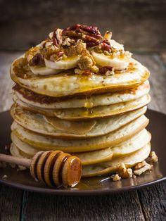Beim Anblick dieser leckeren Haferflocken-Pancakes von Fitness-Sensation Kayla Itsines kriegen wir richtig Appetit! Hier gibt es das gesunde Rezept!