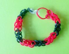 Tweekleurige armband van enkele rij maken met Loom bandjes op een werkbord of met een haakpen