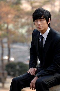 Joo Ji Hoon (Le conocí en Antique bakery y abandoné su The naked kitchen -con Shin Min Ah- y me ha gustado de verdad en Goong)