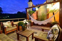 Rooftop terrace with wooden setting and small garden. Terraço | Varanda by Stúdio Márcio Verza