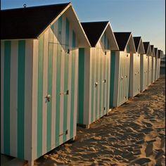 Prachtig rij gekleurde strandhuisjes