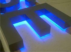 Letra corpórea retroiluminada por leds color azul