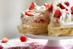 HIMMELSK MARÄNGTÅRTA2 No Bake Desserts, Dessert Recipes, Boston Cream Pie, Swedish Recipes, Party Food And Drinks, Sweets Cake, Bakery Cakes, Pavlova, Cakes And More