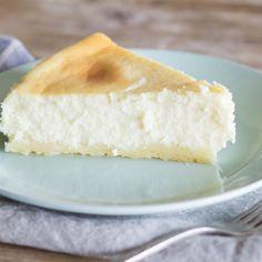 Erst die Kombination aus Frischkäse und Sahne, das Backen im Wasserbad und das stundenlange Auskühlen verleihen dem New York Cheesecake seine Cremigkeit.