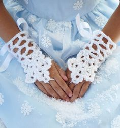 Letting kids play dress up today encourages so much imagination, and with this Icicle Cuffs Crochet Pattern you child can pretend to be a snow queen! This crochet pattern is very unique and seems like a lot of fun to make. Frozen Crochet, Crochet Disney, All Free Crochet, Crochet Girls, Crochet For Kids, Crochet Granny, Crochet Mittens, Crochet Gloves, Crochet Scarves