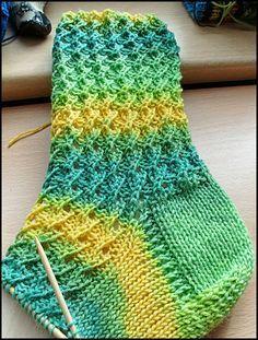 Crochet Socks, Knitting Socks, Knitting Needles, Hand Knitting, Knitting Patterns, Beginner Knitting Projects, Knitting For Beginners, Knitted Bags, Pulls