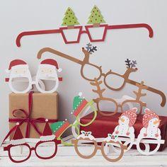Vous voulez mettre un peu d'animation pendant le traditionnel repas de Noël ? Avoir des photos originales de toute la famille ? Ce lot de 8 paires de lunettes est fait pour vous ! photobooth fun merry christmas