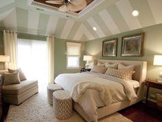 el detalle del techo el ventilador los colores de la pared dan elegancia , es una habitacion que incita al descanso y a relajarse me gusta la cabecera de la cama y la combinacion de estilos en las mesitas y las butacas