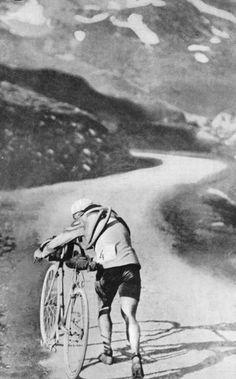 Tour de France 1910. 10^Tappa, 21 luglio. Luchon - Bayonne. Col du Tourmalet. Octave Lapize (1887-1917) allo scollinamento in cima al Tourmalet [© Presse Sports]