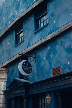 Magical guide to the Wizarding World of Harry Potter at Universal Orlando Resort. Ride Escape to Gringotts. Drink Butterbeer in Diagon Alley. Ravenclaw, Harry Potter Houses, Hogwarts Houses, Hogwarts Mystery, Picture Wall, Photo Wall, Blue Aesthetic, Photos, Pictures