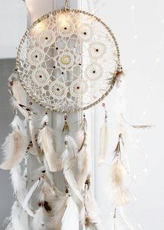 Sous la Lune Brune . Attrape-rêves crochet fin beige, rose et naturel plumes et lune vintage .