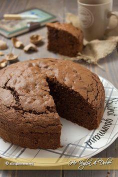 Ricetta della torta al cioccolato e noci è facile e veloce da fare. Ideale per accompagnare un tè o un pomeriggio in compagnia e perchè no anche a colazione